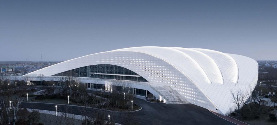 天高海阔,如同大海上翻滚的白色巨浪:如东体育中心 / 同济大学建筑设计研究院
