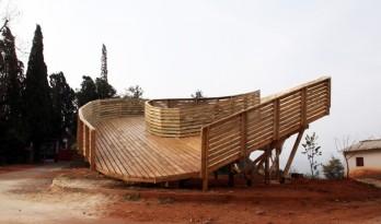 奥利维尔和约翰·林为云南乡村搭建的景观台