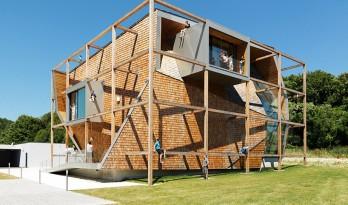 规整的木框架与不规则的立面,极具个性的办公楼