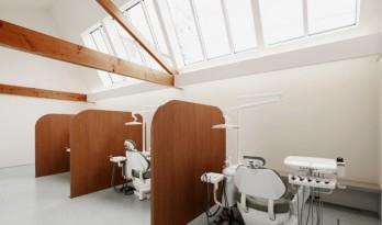 拥有巨型天窗的牙医诊所