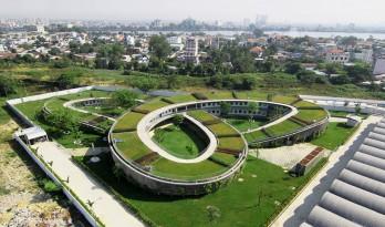 """三连环形状的绿色屋顶,越南""""农场幼儿园"""""""