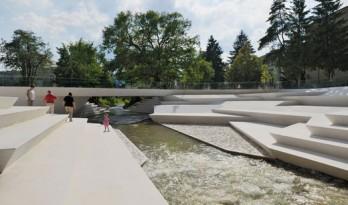 带有河畔露天剧场的步行区改造(附视频)