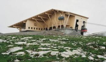 赫尔佐格和德梅隆作品——温和立于山顶的木建筑