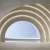 白色混凝土和大理石为美术馆创造柔和空间