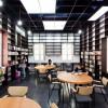 包围在书架中的日本国际交流基金会中心图书馆