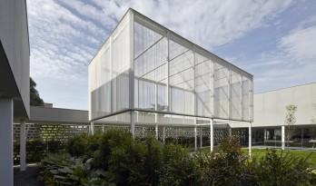 开放通透的工业园区展览馆