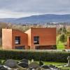 三个红砖体量组成的住宅