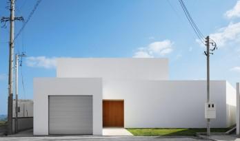 冲绳岛上的白色极简度假屋
