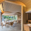 坂茂用纸管和木材营造温馨的餐厅与住宅