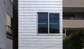 错层手法为四米宽的东京住宅增添无限魅力