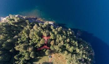 湖滨卧躺的2Y住宅,密集木柱支撑主体顺延山地