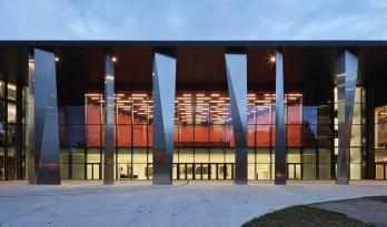 奇异大柱连接新旧音乐中心,正三角形延伸出新平面
