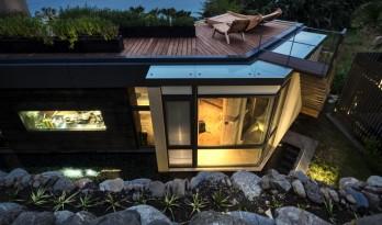开角向大海敞开怀抱:用岩石打造的住宅
