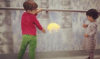 医院里的魔法墙,使孩子的哭闹变成了无限的欢笑