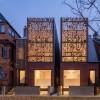 软木镂空遮阳板为双子住宅带别样的光影乐趣