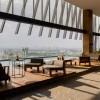 倾斜的百叶为玻璃大厦提供遮阴,位于瓜达拉哈拉的摩天大楼