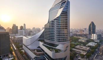 基柱与塔楼蜿蜒交织的使馆中心,在阳光下熠熠生辉