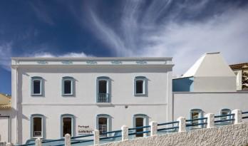 符合阿尔加维当地传统文化的苏富比公司大楼