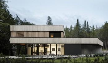 铁杉木围合成连续的木质环带,这样的乡村建筑给我来一打!