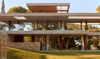 通透,典雅的巴伦西亚住宅在松林中静立