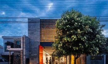 阳光透过花砖映染出的五彩斑斓——夏洛特村住宅