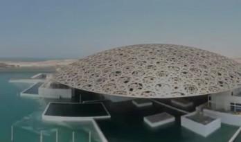 让·努维尔设计的阿布扎比卢浮宫,营造出阳光穿过海洋植物到水底的神奇感觉