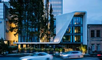 纪念碑式的酒店设计,城市中的视觉桥梁