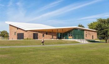 Oval展馆:轻盈的屋顶,厚重的砖墙