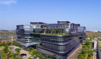 """办公楼里包含""""广场""""和""""街道""""——联合利华印度尼西亚总部 / Aedas"""