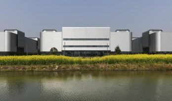 弧线转角,银波流淌——临港智造园三期厂房立面设计 / gmp