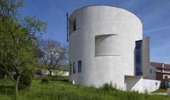 """宛若一座弧形的雕塑,由""""圆形大厅""""演变而来的小教堂"""