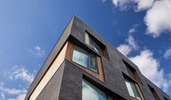 多伦多联排别墅的斜窗立面—— 传统形式的现代应用