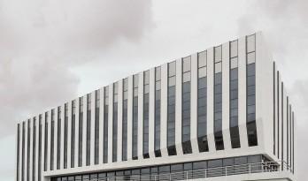 切片层岩——一座具有切片外衣的办公建筑 / 大连松岩建筑设计院有限公司