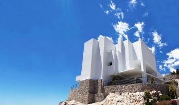 碧海蓝天间的纯白住宅,地中海岩壁上的一颗明珠
