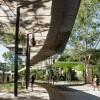 校园内走道的镜像天花板:反射百态人生景象