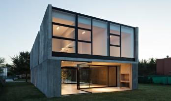 简洁形体塑造出的混凝土小屋