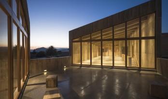 30厘米厚的混凝土墙和节制的窗洞,这个文化中心无需空调!
