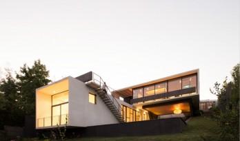 La Gloria House——隐于斜坡之下的白房子