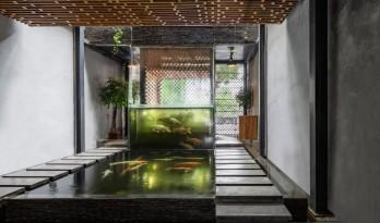 看室内瀑布,赏锦鲤戏水——自给自足的锦鲤咖啡厅