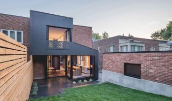 """新与旧的平衡,红砖住宅上加建""""黑盒子"""" / Natalie Dionne"""