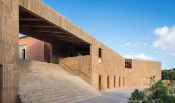 纪念考古遗址和纺织历史的素色混凝土文化中心