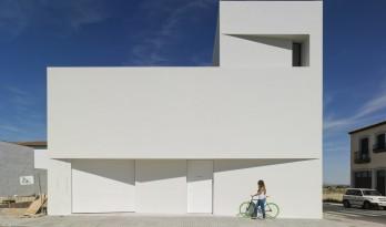 Lopera 纯白住宅,折叠几何体块保障住客隐私 / David Ruiz Molina