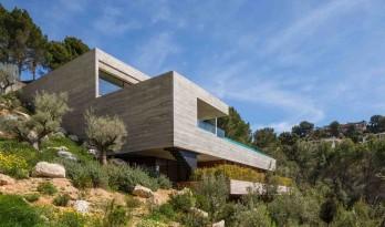 一面开放一面私密的陡坡住宅