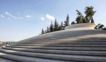 波浪起伏的漏斗状体量——赫茨尔山顶上的以色列烈士纪念馆