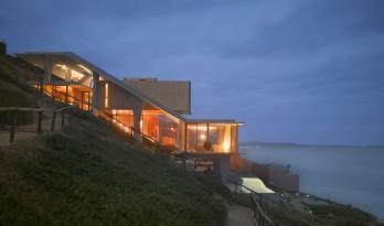 陡坡上的海滨住宅——倾斜的屋顶,有趣的室内空间