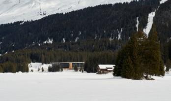 伴连绵雪山入眠:瑞士河畔酒店