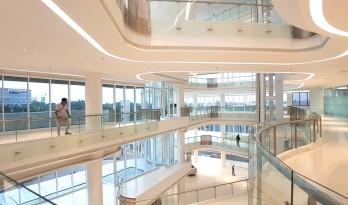 九转回环、流畅现代的车展大厅及办公楼设计