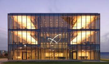 多乌什技术中心——通透的体量形成不间断的视觉联系