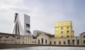库哈斯为Prada基金会总部设计的白色塔楼——简单体量的不规则变化