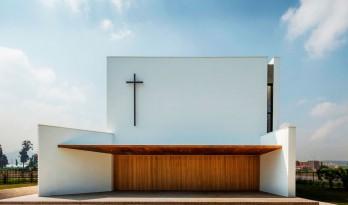 朴素真实的社区标志 — 白色的圣塞西莉亚教堂